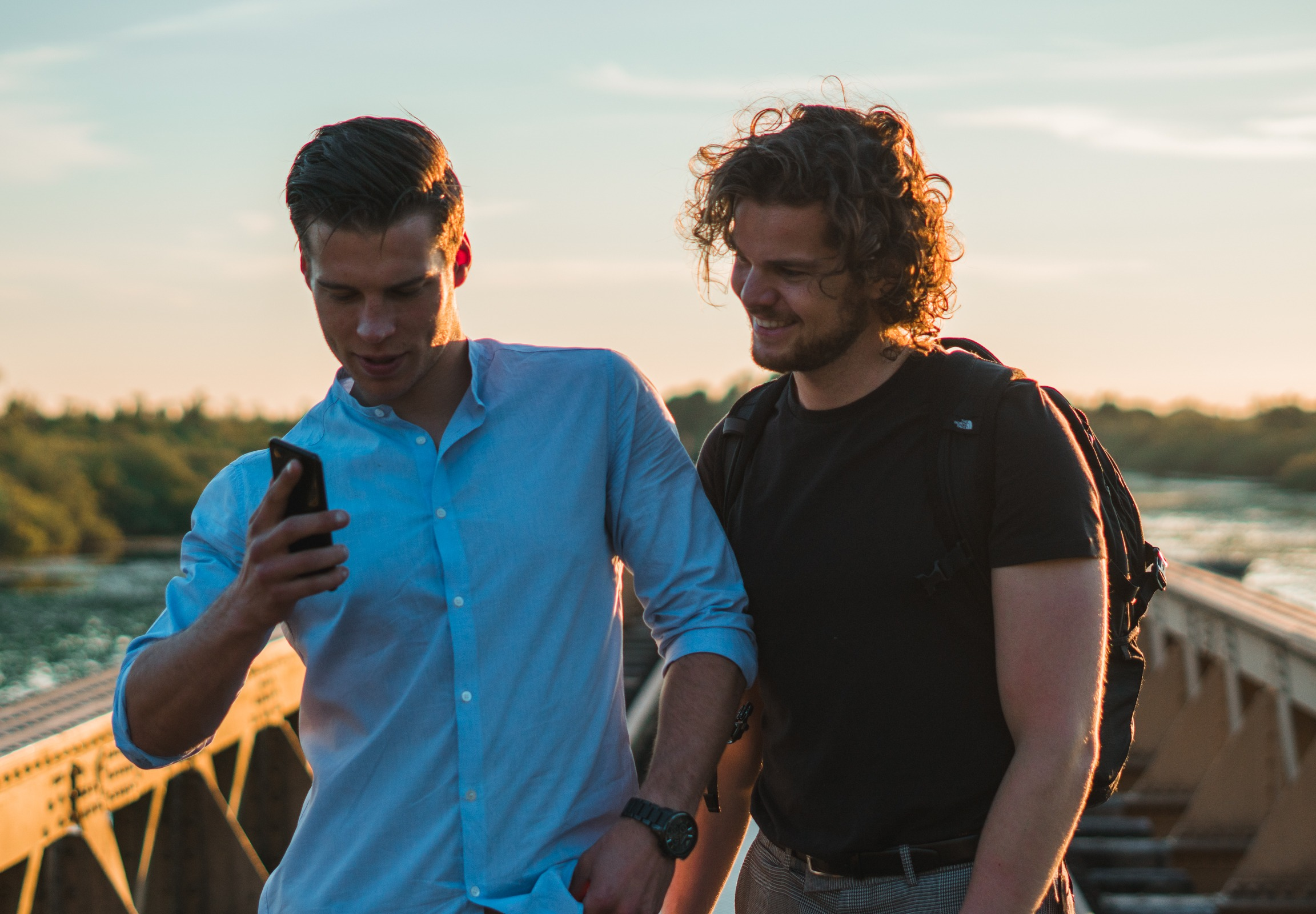Vrienden zonsondergang brug Zowie Zep