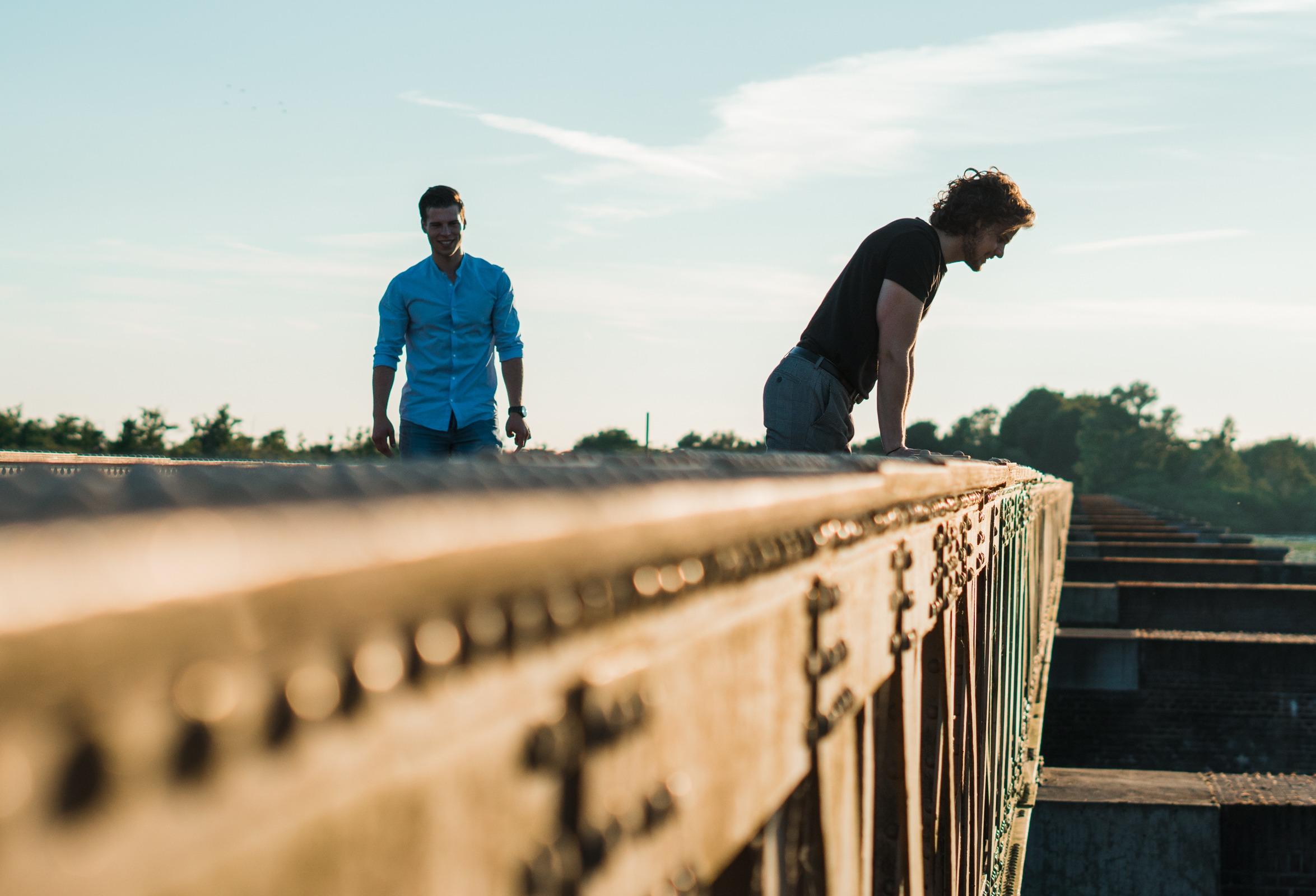 Twee jongens op brug