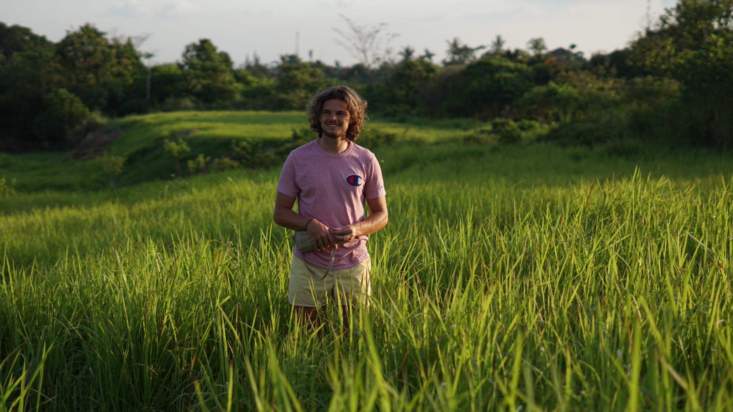 Verdwaalde jongen in zonnig grasveld
